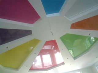 лаковые цветные потолки