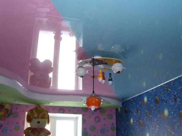 двухцветный натяжной потолков