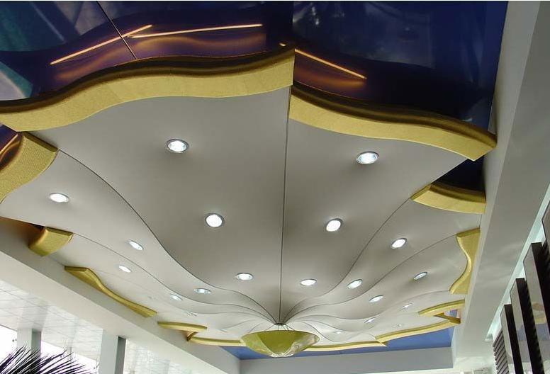 сложная конструкция из натяжного потолка