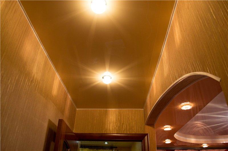золотой натяжной потолок в современной квартире