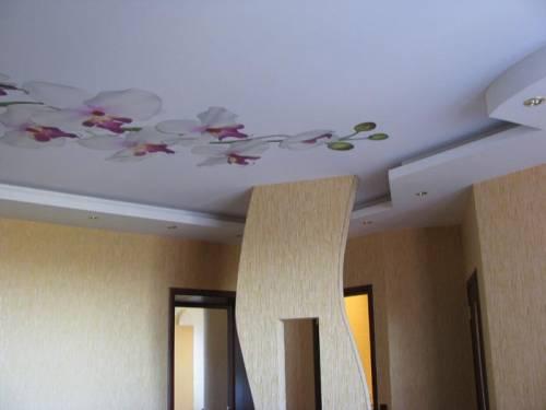 установленный натяжной потолок