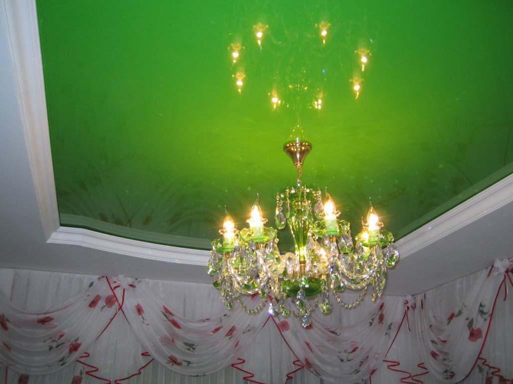 салатовый глянцевый натяжной потолок