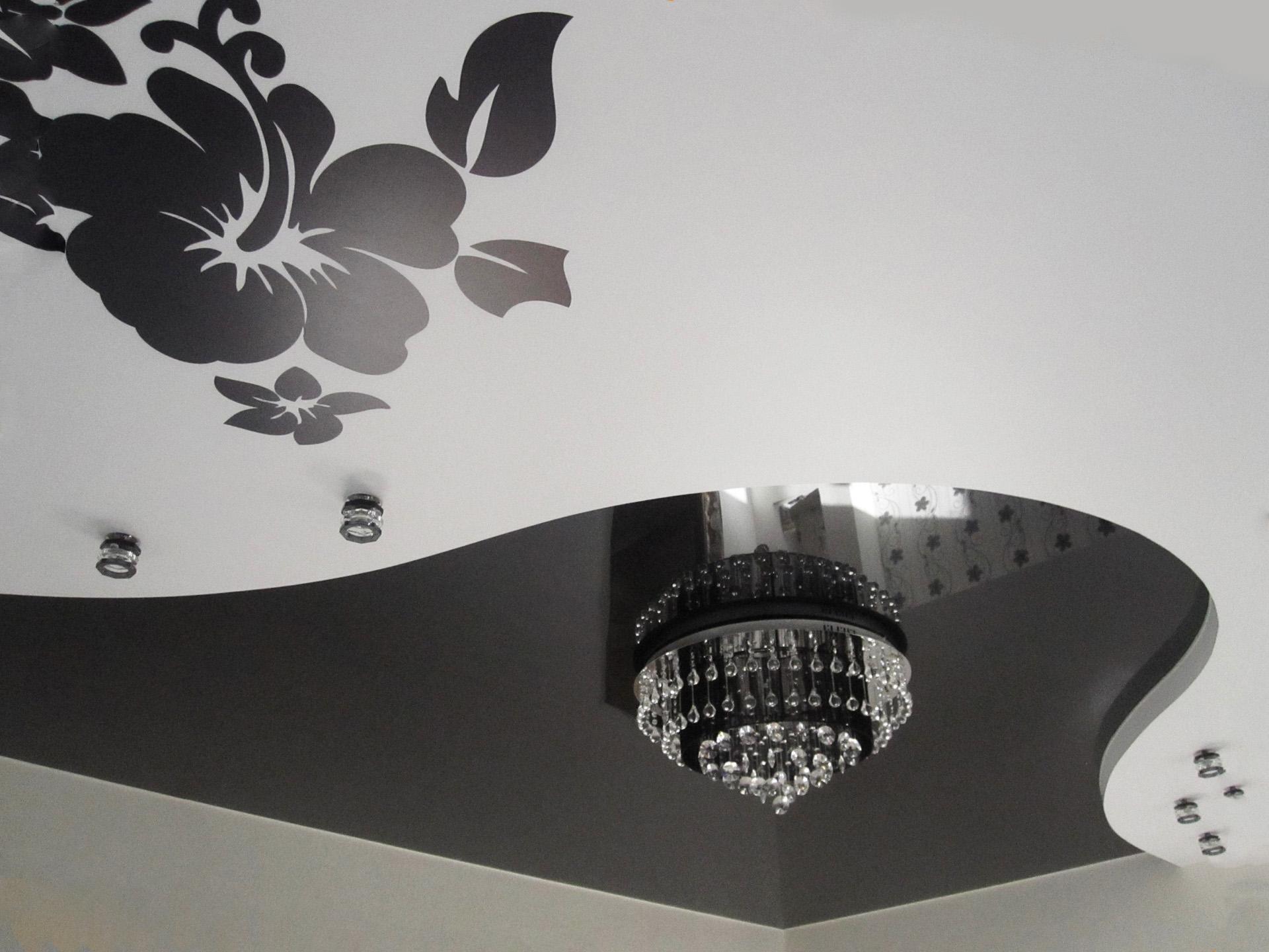 чёрный цветок на потолке