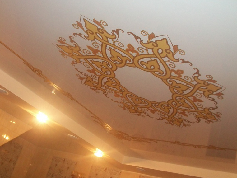 Натяжной потолок с золотым рисунком