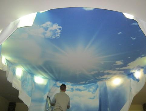монтаж натяжного потолка с фотопечатью неба