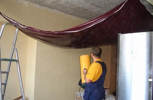 прогрев полотна перед монтажом потолка