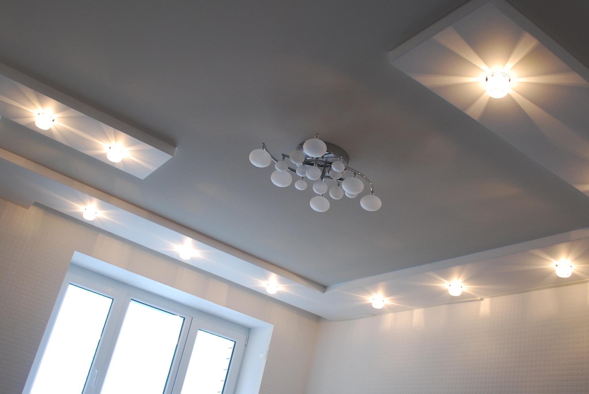 освещение комнаты с натяжным потолком