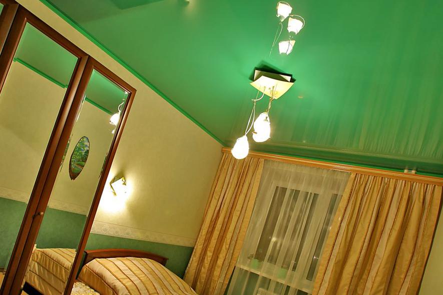 Зеленый натяжной потолок